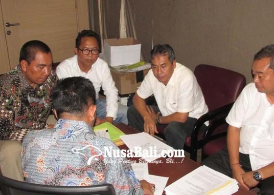 Nusabali.com - sukerana-cs-serahkan-berkas-gugatan-ke-mahkamah-partai