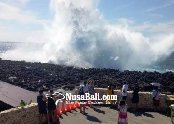 Nusabali.com - deburan-ombak-capai-10-meter-akses-pengunjung-waterblow-dibatasi