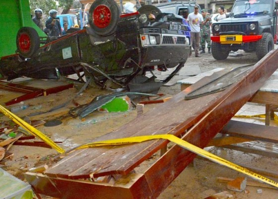 Nusabali.com - pikap-tabrak-rumah-makan-3-tewas