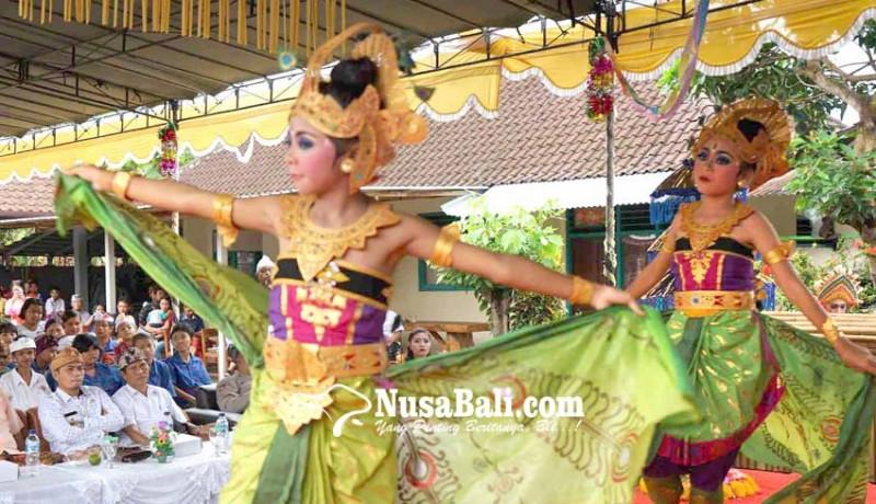 www.nusabali.com-penarinya-siswa-tuna-rungu-wicara-pentas-dipandu-guru-dari-luar-panggung