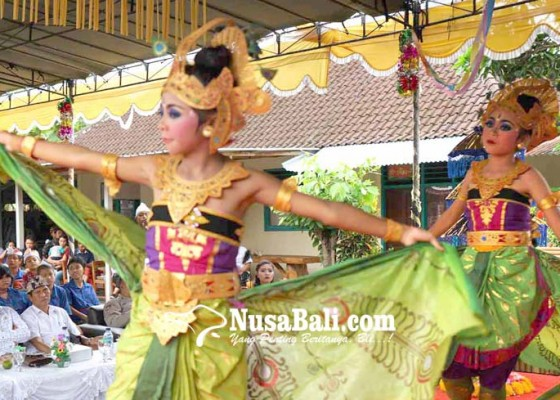 Nusabali.com - penarinya-siswa-tuna-rungu-wicara-pentas-dipandu-guru-dari-luar-panggung