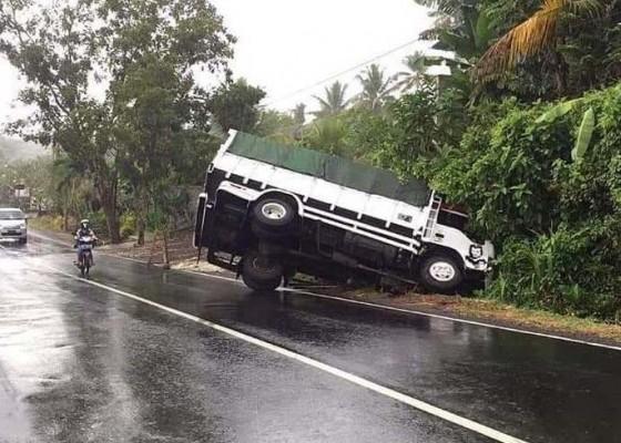 Nusabali.com - hindari-motor-yang-ngerem-mendadak-truk-nyungsep-ke-parit