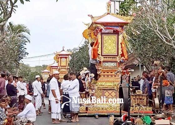 Nusabali.com - lima-bade-iringi-ngaben-massal-di-desa-pecatu