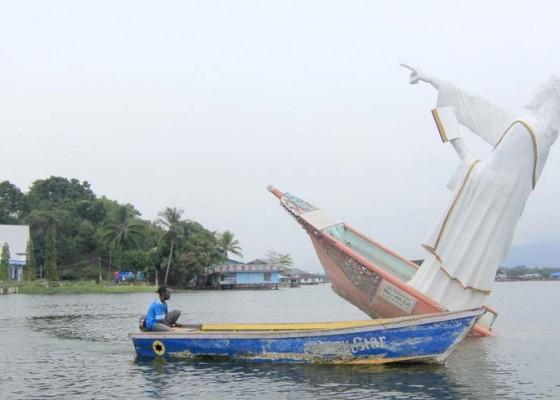Nusabali.com - tugu-pekabaran-injil-wali-holelo-roboh