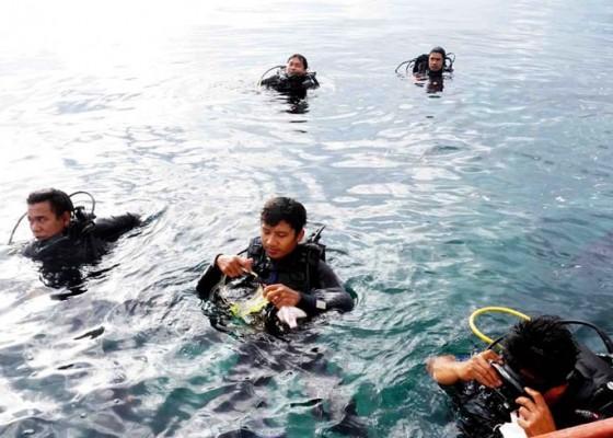 Nusabali.com - 38-penyelam-pungut-sampah-di-bawah-laut