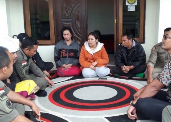 Nusabali.com - satpol-pp-bina-pedagang-canang-di-hutan-suter
