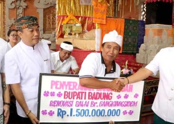 Nusabali.com - bupati-giri-prasta-serahkan-bantuan-rp-300-juta