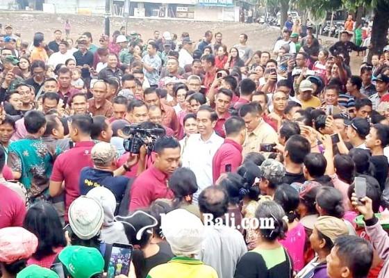 Nusabali.com - 14-personil-secdor-amankan-jokowi-saat-bagi-sertifikat