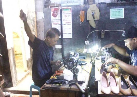 Nusabali.com - pasar-daring-sepatu-kulit