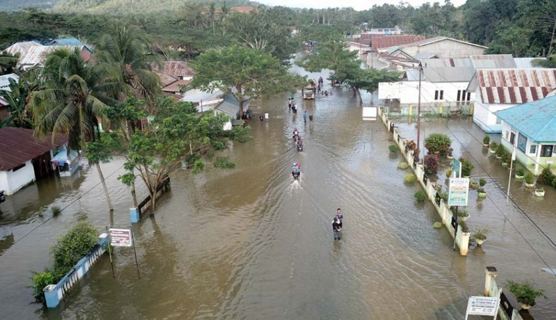www.nusabali.com-logistik-korban-banjir-konawe-disebar-dari-udara