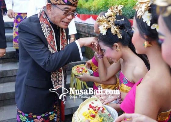 Nusabali.com - mendikbud-apresiasi-tari-panyembrama-massal