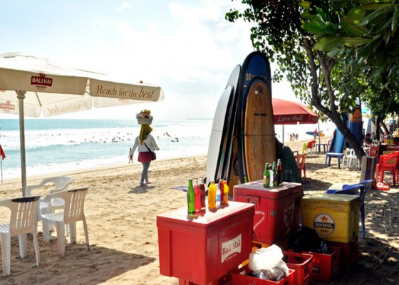Nusabali.com - pedagang-di-pantai-kuta-beraktifitas-lagi