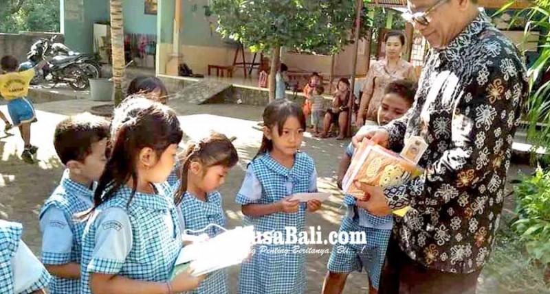 www.nusabali.com-siswa-tk-lascarya-parama-seva-dapat-hadiah