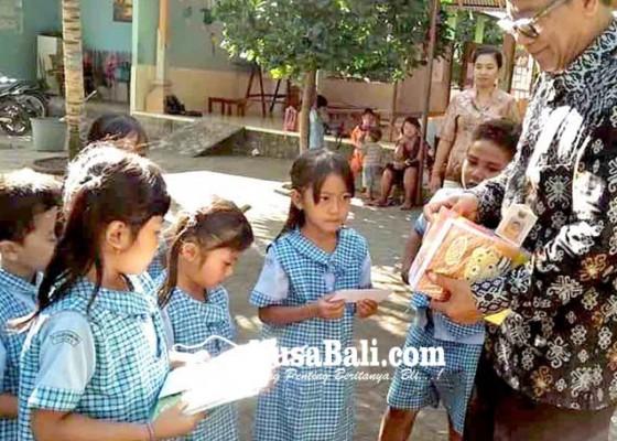 Nusabali.com - siswa-tk-lascarya-parama-seva-dapat-hadiah