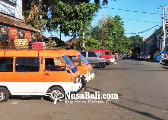 Nusabali.com - sopir-angkot-tolak-mangkal-di-terminal-loka-crana