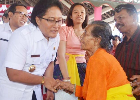 Nusabali.com - bupati-giri-prasta-serahkan-565-bantuan-rumah-layak-huni