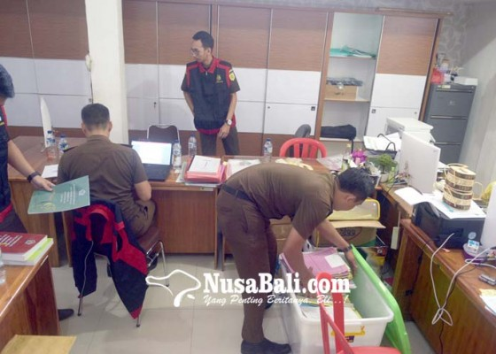 Nusabali.com - kantor-perbekel-dauh-puri-kelod-digeledah-jaksa