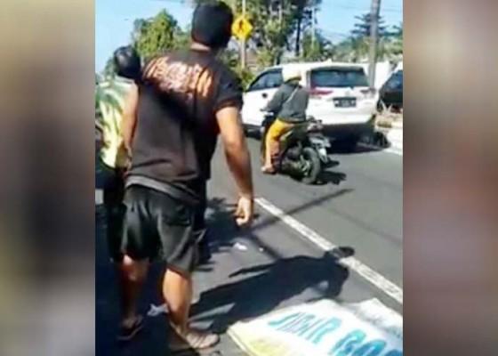 Nusabali.com - tabrak-mobil-parkir-pemotor-tewas-di-tkp