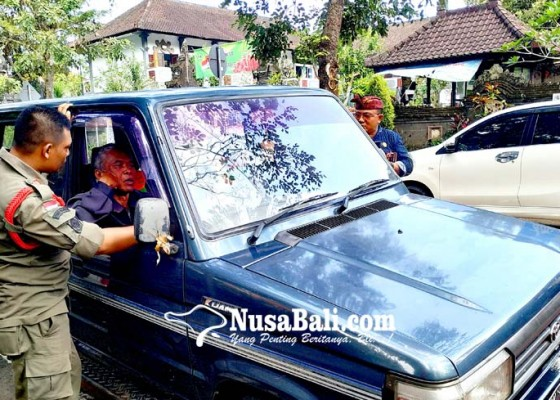 Nusabali.com - kemudikan-mobil-berhenti-di-jalan-sambil-ngumik
