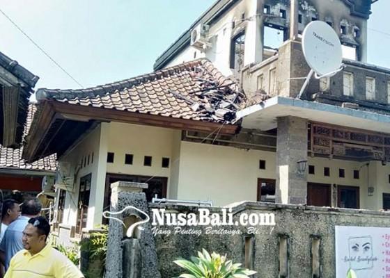 Nusabali.com - mobil-pemadam-nyasar-rumah-lantai-dua-ludes