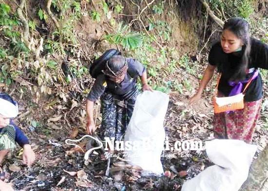 Nusabali.com - petugas-gabungan-bersihkan-sampah-plastik-di-lempuyang