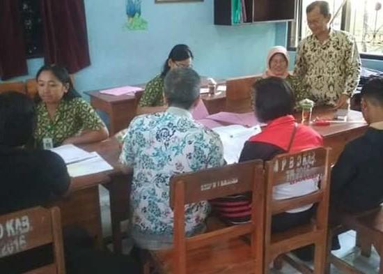 Nusabali.com - jelang-ppdb-warga-membeludak-legalisir-kk
