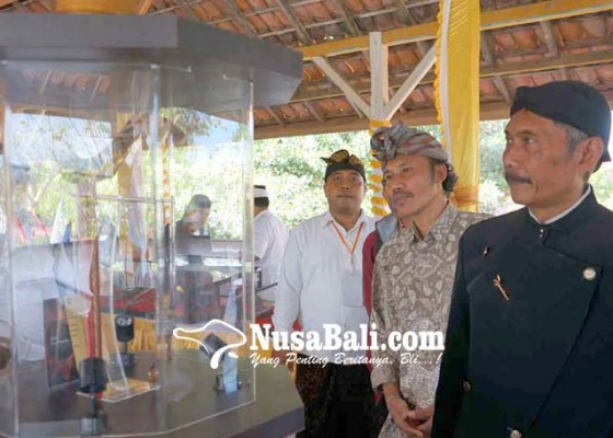 Nusabali.com - pengunjung-terpesona-keris-jokowi
