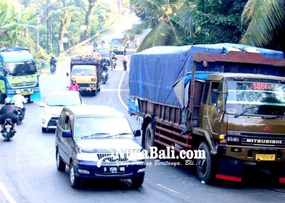 Nusabali.com - dua-truk-mogok-di-tanjakan-samsam-lalin-macet-sepanjang-15-kilometer