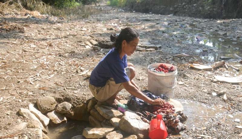 www.nusabali.com-mencuci-di-sungai-yang-mengering