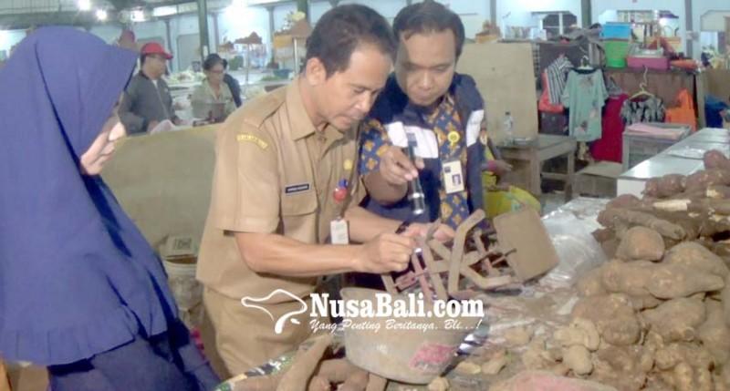 www.nusabali.com-bsml-periksa-timbangan-pedagang-di-pasar-anyar