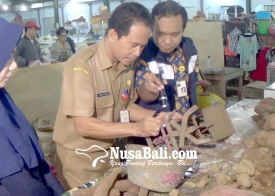 Nusabali.com - bsml-periksa-timbangan-pedagang-di-pasar-anyar