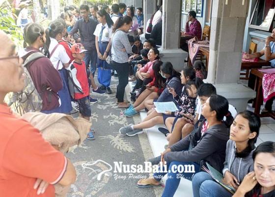 Nusabali.com - ortu-siswa-sempat-berebut-nomor-antrean