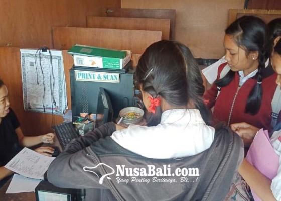 Nusabali.com - ppdb-online-calon-siswa-serbu-warnet