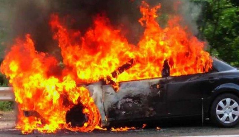 www.nusabali.com-mobil-terbakar-pengemudi-tewas