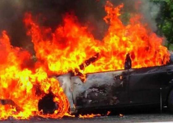Nusabali.com - mobil-terbakar-pengemudi-tewas