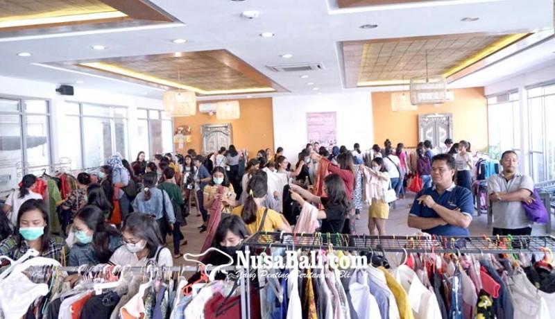 www.nusabali.com-selly-mantra-lelang-pakaian-hasil-penjualan-untuk-sosial