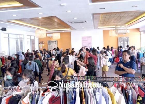 Nusabali.com - selly-mantra-lelang-pakaian-hasil-penjualan-untuk-sosial