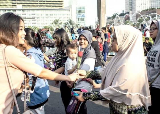 Nusabali.com - syukuran-relawan-jokowi-gelar-aksi-1000-bunga