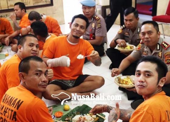 Nusabali.com - wakapolresta-megibung-dengan-puluhan-tahanan