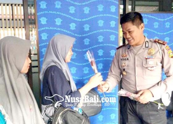 Nusabali.com - bikin-sim-dapat-bunga-mawar