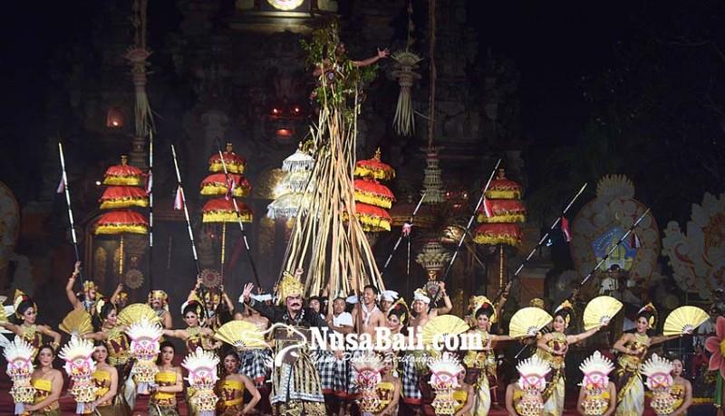 www.nusabali.com-penonton-saksikan-tradisi-makotek-di-pkb