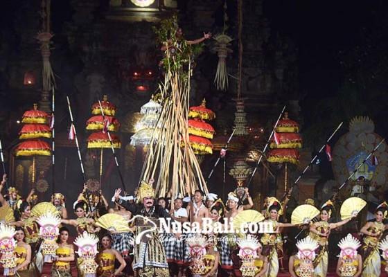 Nusabali.com - penonton-saksikan-tradisi-makotek-di-pkb