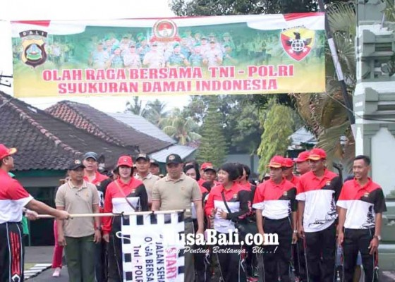 Nusabali.com - kapolres-dan-dandim-jalan-santai-hut-bhayangkara