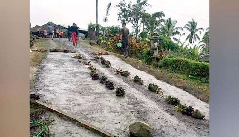 www.nusabali.com-sering-jatuh-warga-anggasari-perbaiki-jalan-secara-swadaya