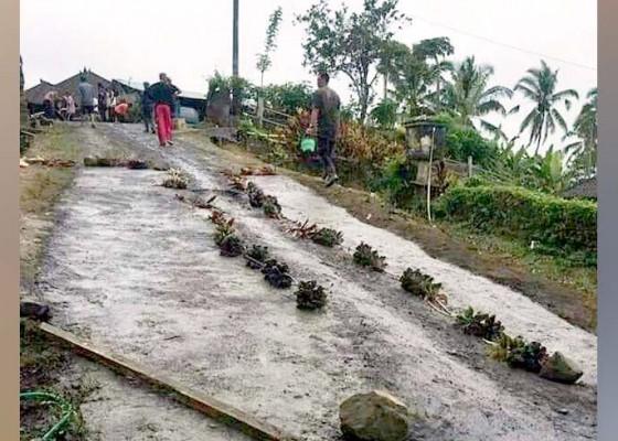 Nusabali.com - sering-jatuh-warga-anggasari-perbaiki-jalan-secara-swadaya