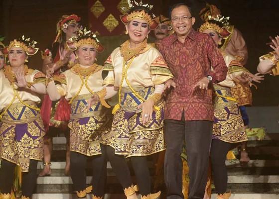 Nusabali.com - bernostalgia-istri-gubernur-ikut-pentas-jegog-suar-agung