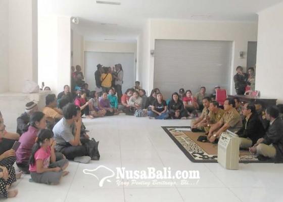 Nusabali.com - pedagang-protes-pengundian-los-pasar-loka-crana