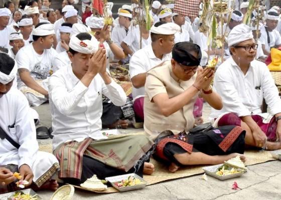 Nusabali.com - wabup-suiasa-hadiri-ngeratep-dan-melaspas-pura-kahyangan-jagat-luhur-ulun-swi