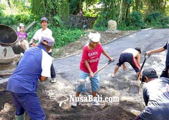 Nusabali.com - desa-muncan-buat-jalan-beton-di-lima-banjar