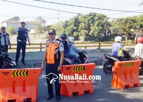 Nusabali.com - dishub-pasang-road-barrier-di-kawasan-taman-pancing